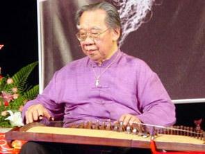 GS Trần Văn Khê performing on the zither