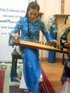 Hải Phượng playing the zither