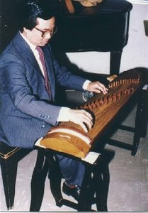 Nguyễn Thuyết Phong playing the zither