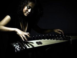 Võ Vân Ánh performing on the zither